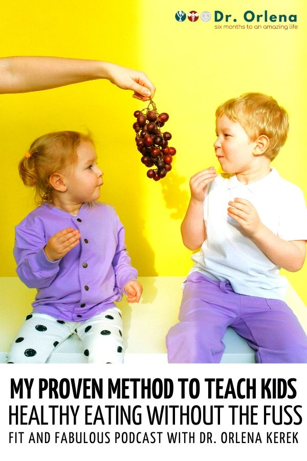 Siblings eating grapes #healthyeatingforkids #kidshealthyeating #childrenhealthyeating