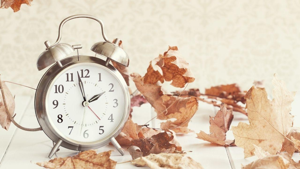 Clock with leaves for end of daylight saving and babies