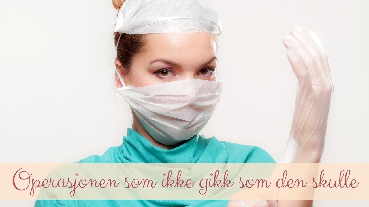 Bilde av en kirurg med munnbind, hårnett og hansker (altså operasjonsklær). Bildet har teksten