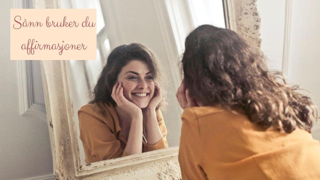 Dame (kvinne) som smilende ser seg selv i speilet, stolt og tilfreds med den hun er. Lykkelig. Selvkjærlighet. Affirmasjoner. Livsglede.