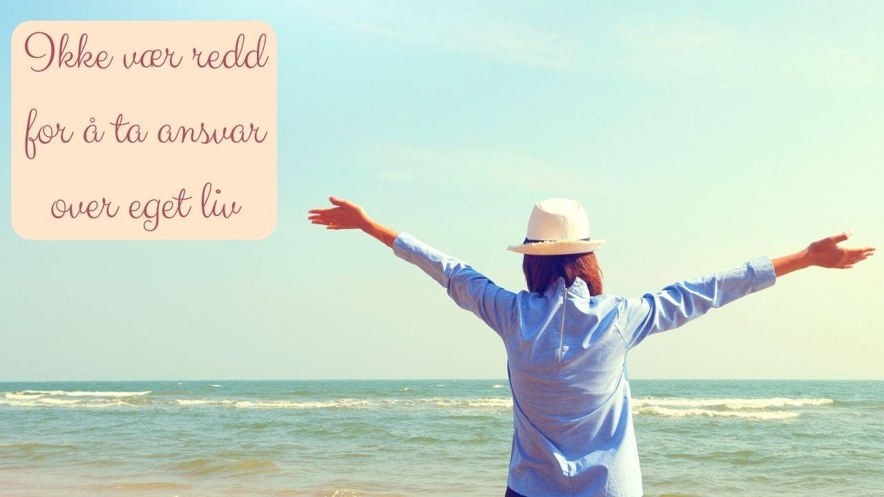 Dame (kvinne) med hatt og kortermet skjorte som ser utover havet med hendene utstrakt til siden. Ansvar. Kontroll. Bevissthet. Valg. Styring. Leder. Livsglede.