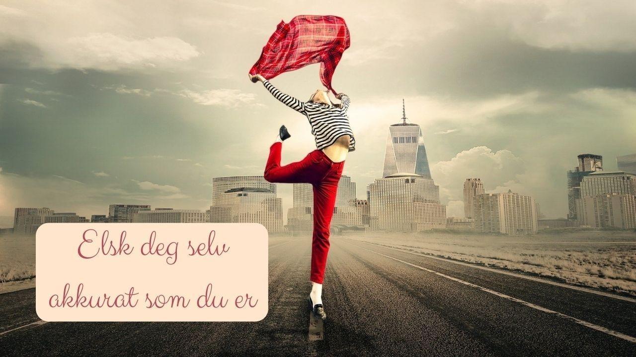 En dame (kvinne) som elsker seg selv. Hun danser med by i bakgrunnen, i ført rød bukse. Hun oser av selvkjærlighet.