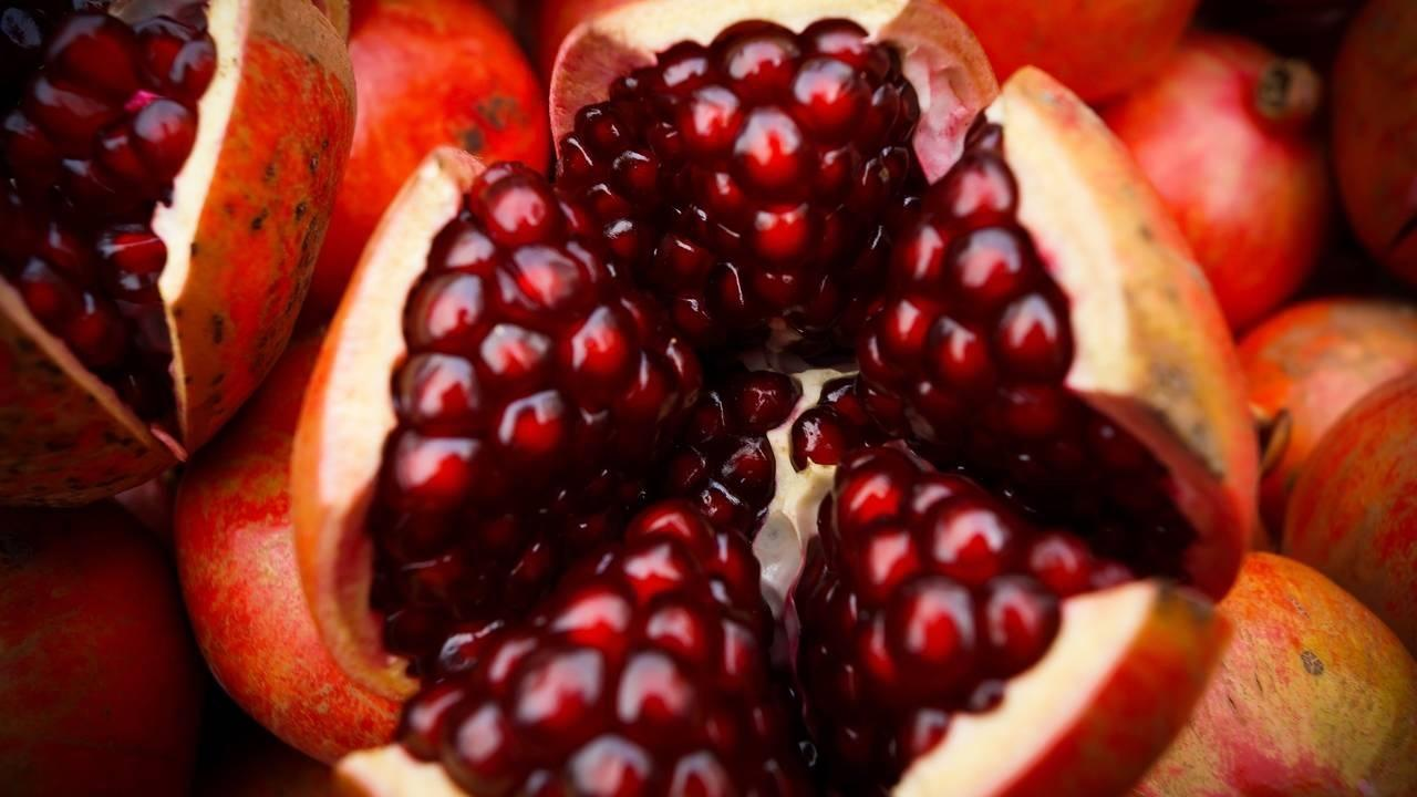 How to cut a pomegranate for the tasty arils