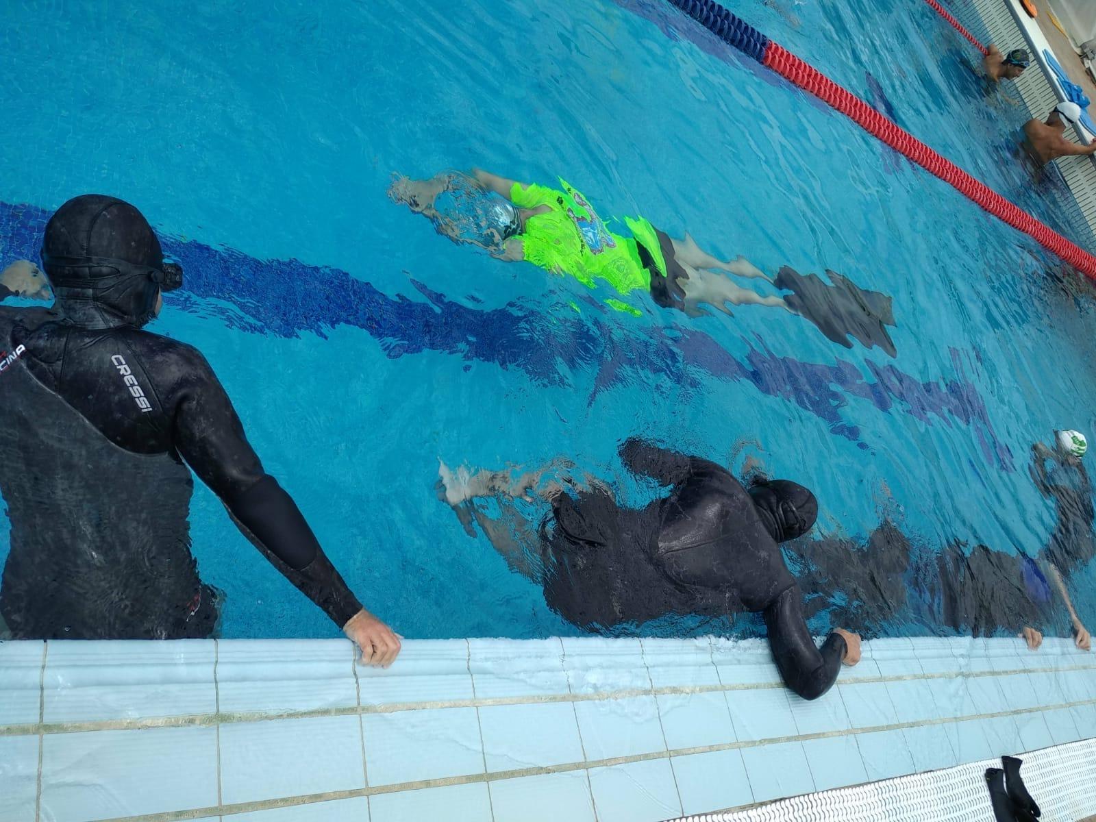 instructor de apnea enseña cómo hacer apnea dinámica