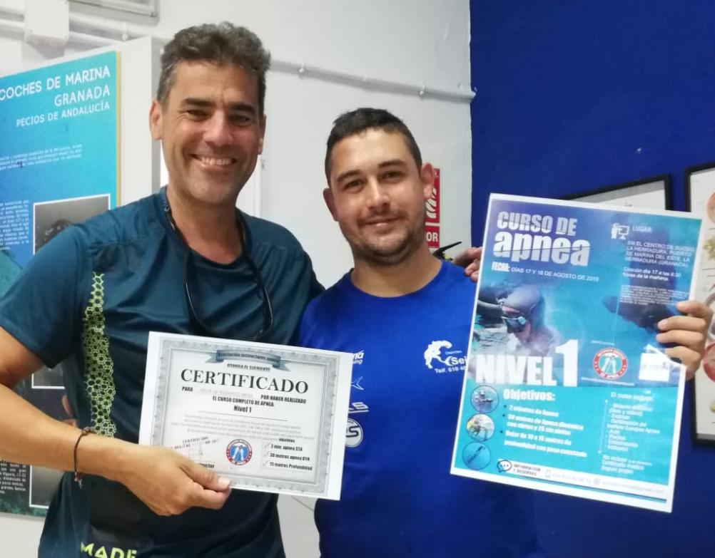 Alumno recibe certificado de curso de apnea en Granada