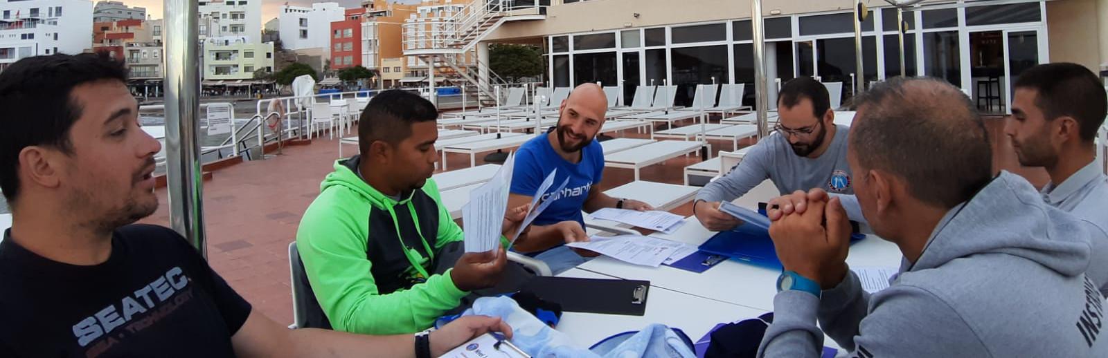 instructores de apnea en Tenerife estudiando