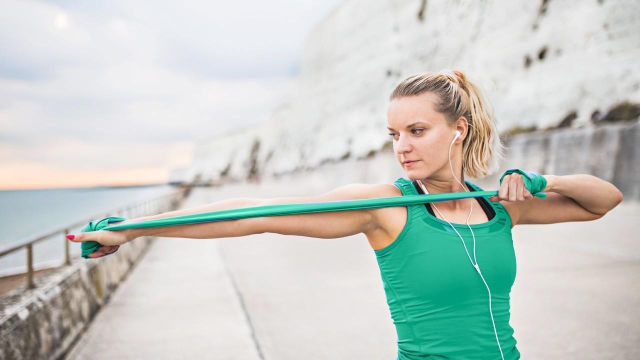7 лучших упражнений с эластичной лентой на всётело