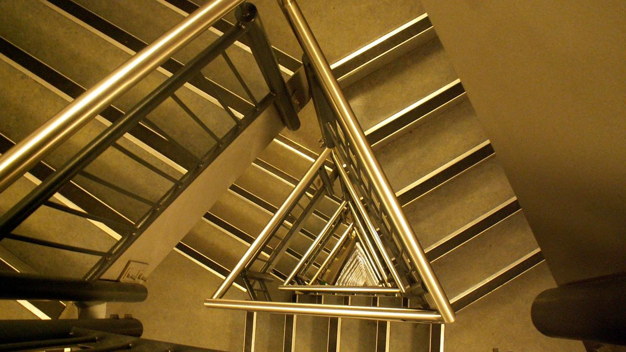 U6ztalgxtfusrfaafnch triangular staircase