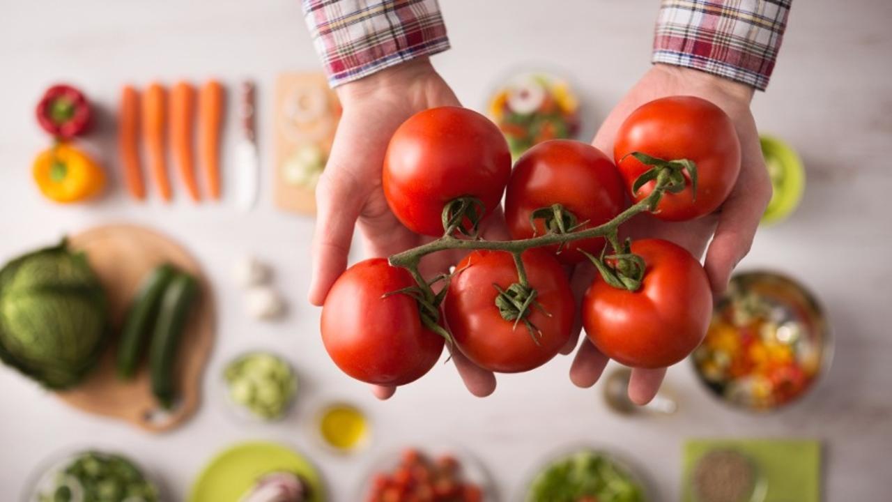 7p9sjy1esgsehw2f6kcu hands holding tomatoes prep food 900x600