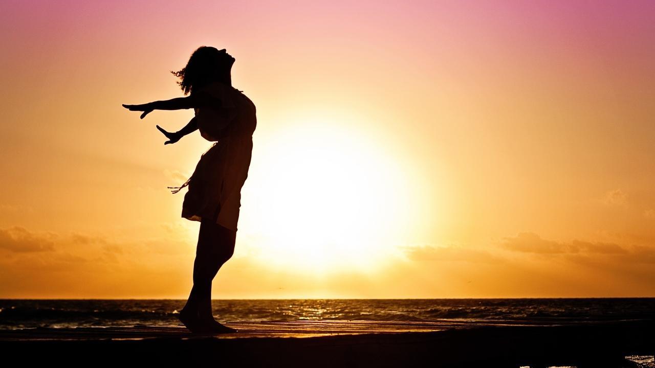 Ygzduuo2qagbvvgbax06 beach woman sunrise silhouette 40192