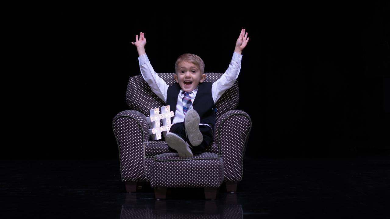 Y8iwfl45qownhog03wql ellis couch hands up