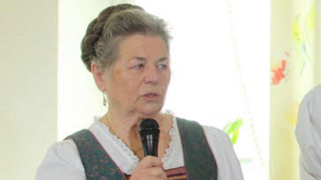 Rosmarie Henke mit Mikrophone