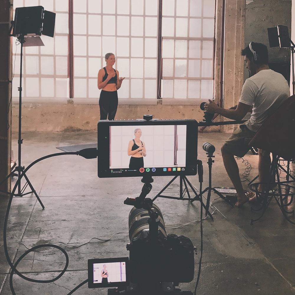 Virginie Duval de Dfine Yoga film des vidéos de yoga et d'entrainment pour l'abonnement Dfine en ligne avec Julio