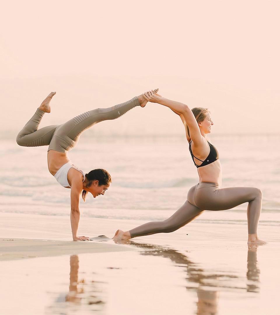 Virginie Duval de Dfine Yoga film des vidéos de yoga et d'entrainment pour l'abonnement Dfine en ligne avec Briohny Smyth