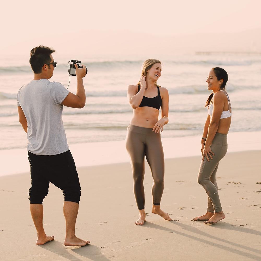 Virginie Duval de Dfine Yoga film des vidéos de yoga et d'entrainment pour l'abonnement Dfine en ligne avec Action Hiro et Briohny Smyth