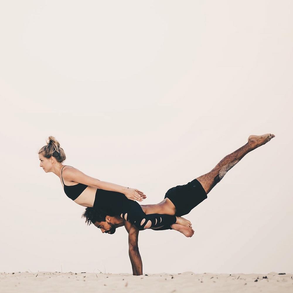 Virginie Duval de Dfine Yoga film des vidéos de yoga et d'entrainment pour l'abonnement Dfine en ligne avec Mathieu Boldron