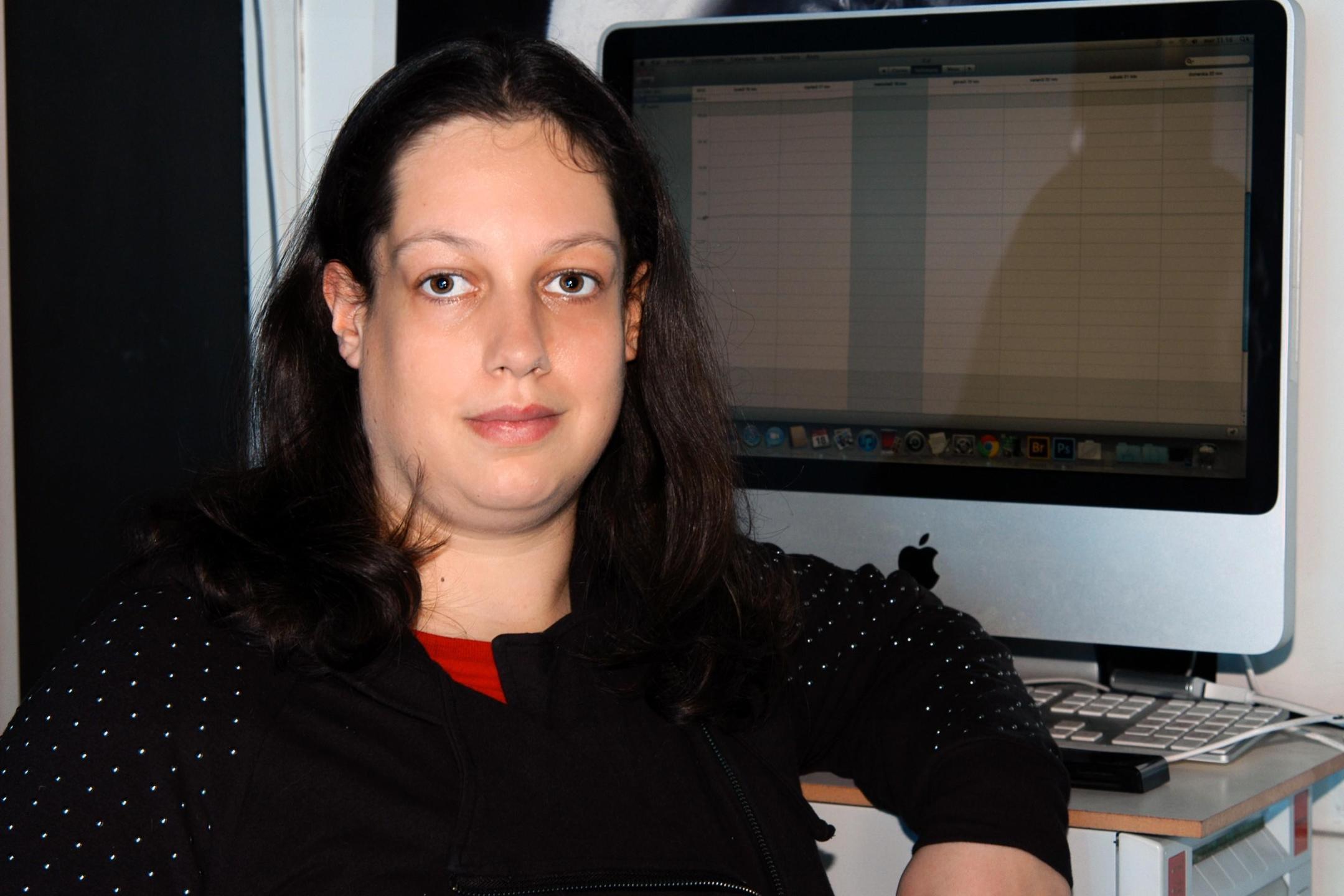 Immagine che rappresenta Beatrice Biasuzzi mentre è al lavoro al computer