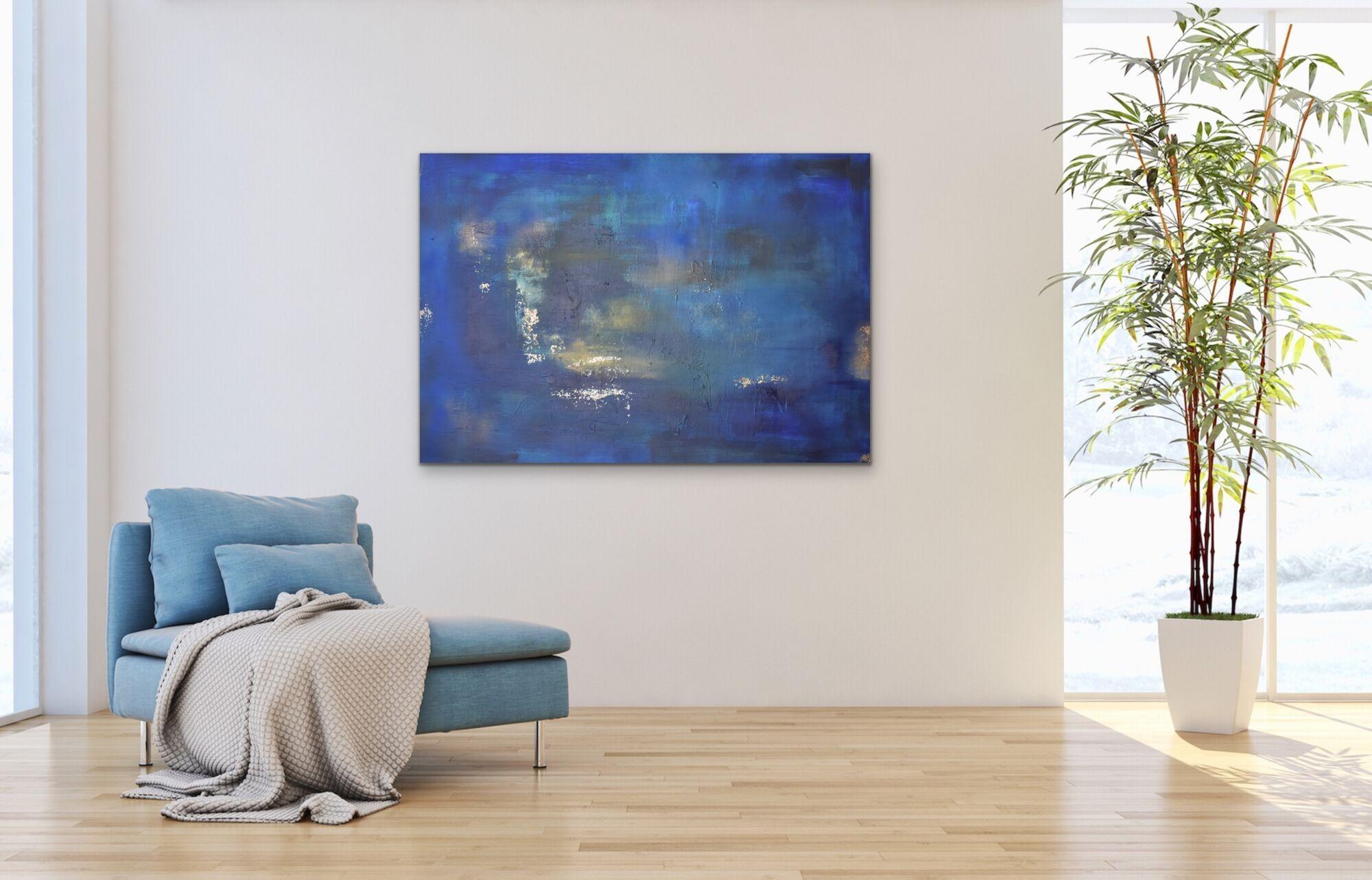 Blått maleri av Hegek på vegg i stue