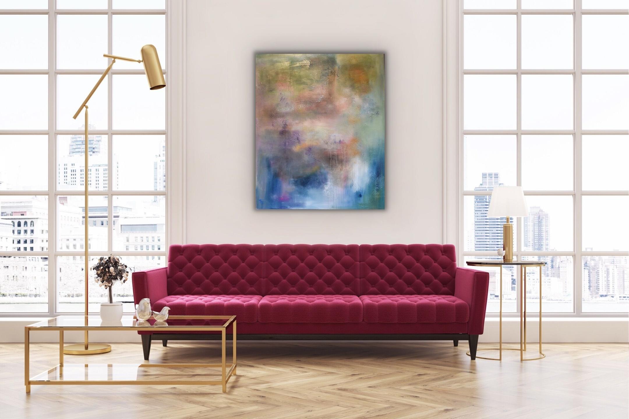 Rosa - lilla maleri på vegg med rosa sofa